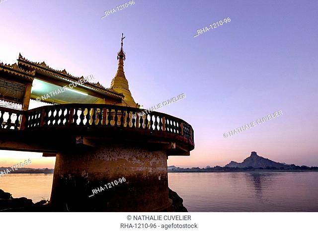 The Shweyinmyaw pagoda along the Than Lwyn (Salouen) River, Hpa An, Kayin State (Karen State), Myanmar (Burma), Asia