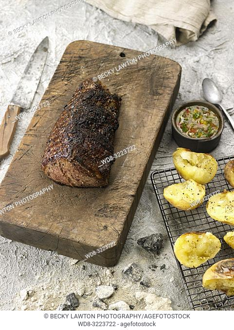 filete de buey a la parrilla con bote de salsa criolla / Grilled beef steak with salsa criolla