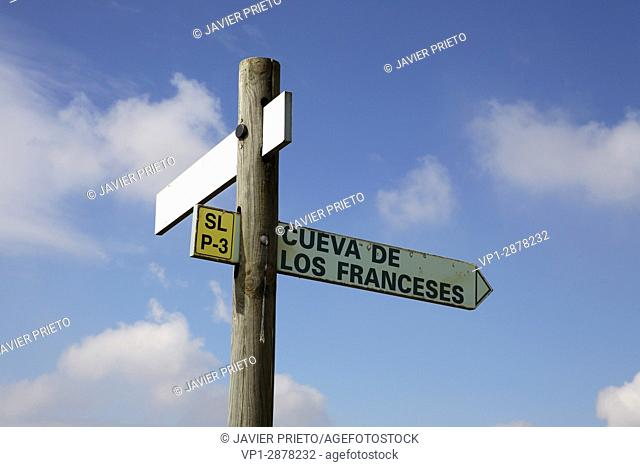 """Signaling towards the Cave of the French. Páramo of the Lora of Valdivia. Geological route signalized """"""""The Memory of the Páramo"""""""""""