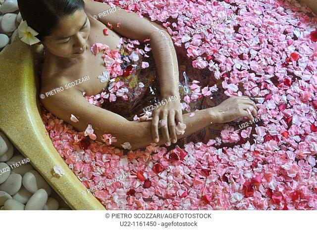 Ubud (Bali, Indonesia): bath between flowers at the Ubud Hanging Gardens Hotel's Ayung Spa