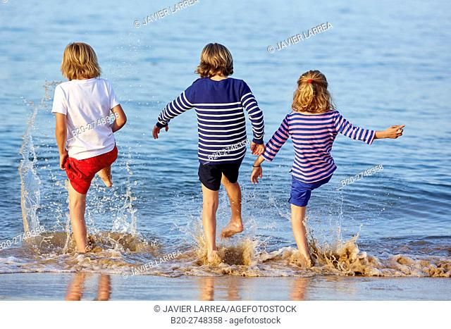 children playing, Socoa plage, Ciboure, Aquitaine, Pyrenees Atlantiques, France, Europe