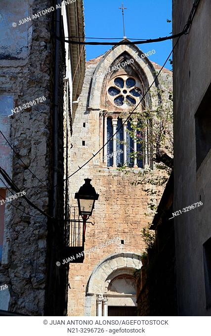 Narrow street leading to Sant Vicenç Church, Medieval town of Besalú, La Garrotxa, Province of Girona, Catalonia, Spain, Europe