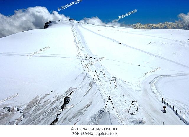 Skiliftanlage auf dem Plateau Rosa, Sommerskigebiet Theodulgletscher oberhalb Zermatt, Wallis, Schweiz / Ski lift on the Plateau Rosa