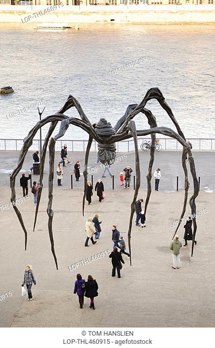 England, London, Bankside, Maman by Louise Bourgeois standing outside the Tate Modern at Bankside on the south bank of the River Thames