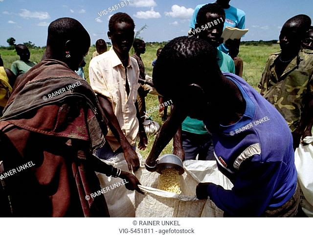 SUDAN, NYAMLELL, 23.08.1994, SDN , SUDAN : Aid workers in Nyamlell ( South Sudan ) are giving food to the starving population , August 1994 - Nyamlell, Sudan