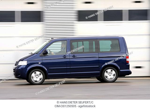 VW Volkswagen Multivan 2.5 TDI, model year 2006-, dunkelblue moving, side view, City