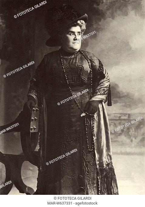 Matilde SERAO (1856-1927) scrittrice e giornalista italiana. Fondò e diresse con il marito Eduardo Scarfoglio, sposato nel 1885, il 'Corriere di Napoli' (1891)