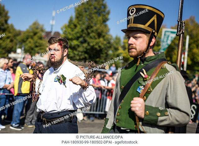30 September 2018, Baden-Wuerttemberg, Stuttgart: In historical costumes and disguises, participants of the 200th anniversary procession of the Cannstatter...
