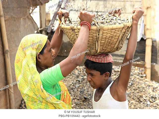 Mother and child are working at Bholaganj stone quarry At least 9,000 people including 3000 women and 1000 children work as stone laborer