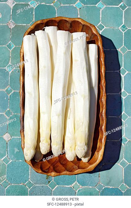 Freshly peeled white asparagus