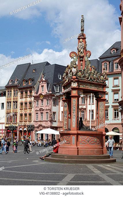 Mainz : Marktplatz mit Marktbrunnen und historischen Haeusern