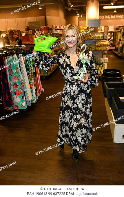 """12 June 2019, Berlin: Singer Linda Hesse holds a frog and a flamingo in her hands at the exclusive Late Night Shopping Event """"""""Expect the Unexpected"""""""" at the TK..."""