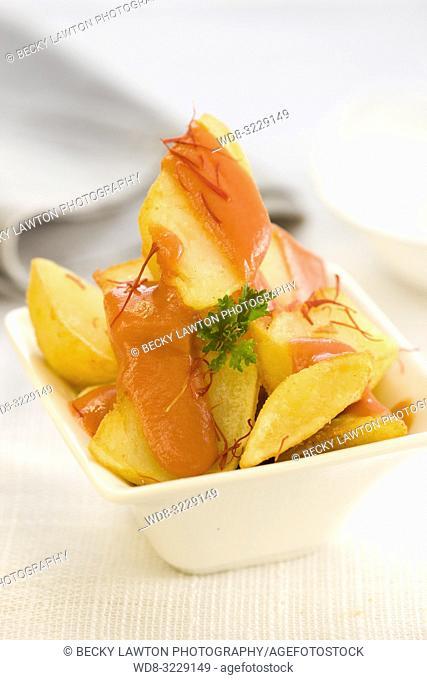 Platillo de patatas bravas con mayonesa