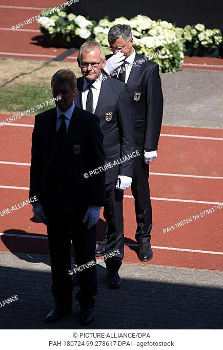 24 July 2018, Germany, Warendorf: The pallbearers Peter Teeuwen (L-R), Heinrich-Hermann Engemann and Otto Becker, national coaches show jumping