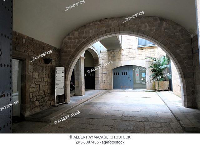 Old streets of Girona, Courtyard of the street Ciutadans