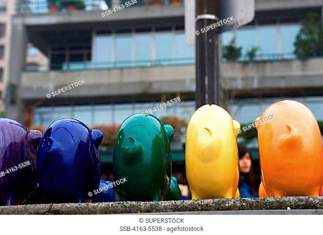 USA, WASHINGTON STATE, SEATTLE, PIKE PLACE MARKET, COLORFUL PIGGY BANKS FOR SALE