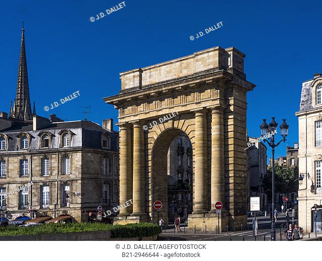 "France, Nouvelle Aquitaine, Gironde. """"Porte de Bourgogne"""" gate (1751-1755), and back the Saint Michel tower, at Bordeaux"