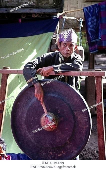 man druming Gamelan, Indonesia