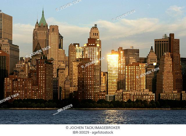 USA, United States of America, New York City: Skyline of the west side of downtown Manhattan, Financial District, Hudson river