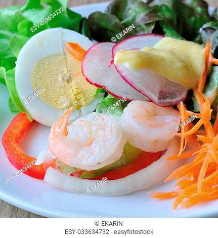 Mixing salad with flesh, helpful food