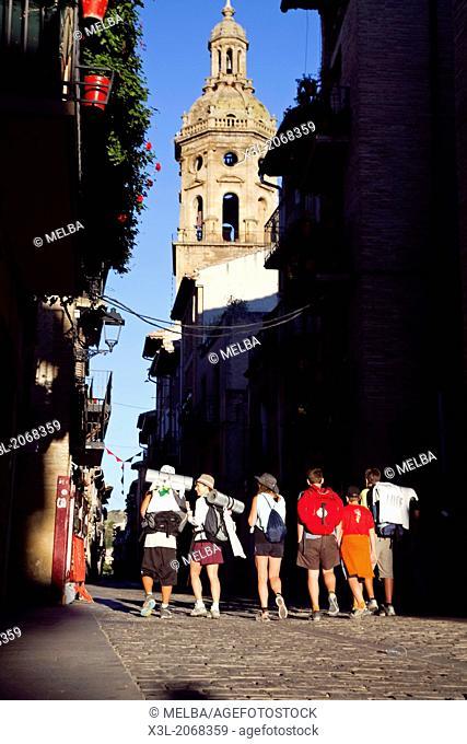 Pilgrims, calle Mayor, Puente la Reina - Gares. Navarre. Spain