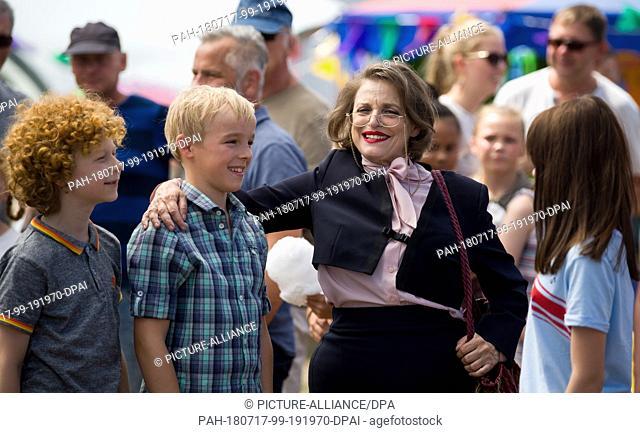 17 July 2018, Germany, Merseburg: The actors (L-R) Leopold Ferdinand Schill (Benny), Tilman Doebler (Alfons Zitterbacke), Katharina Thalbach (head teacher)