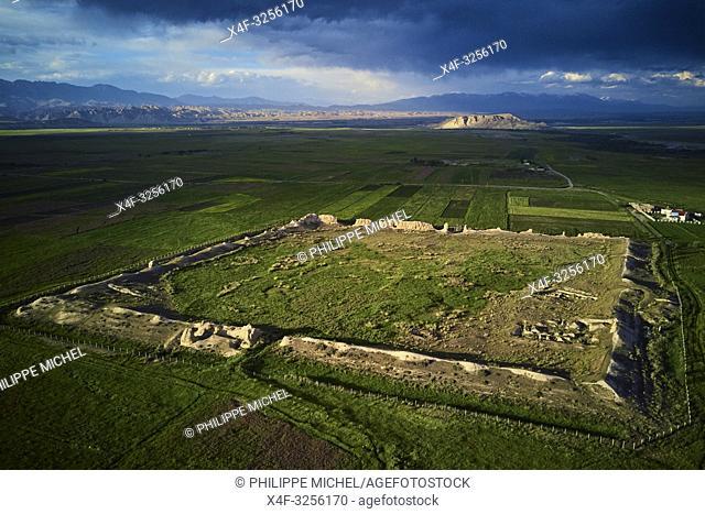 Kirghizistan, province de Naryn, Koshoi Korgon, ancienne citadelle en ruine, vue aerienne / Kyrgyzstan, Naryn province, Koshoi Korgon, ancient citadel