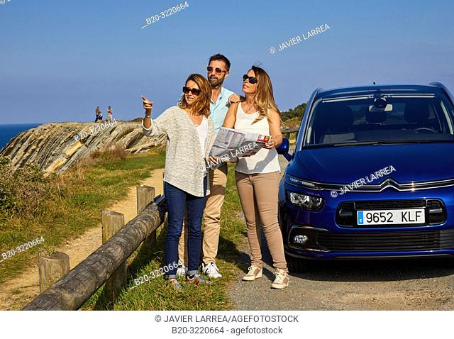 Guide with tourists, Tour, La Corniche, Basque Coast, Sokoa, Sant Jean de Luz, Aquitaine, Pyrenees Atlantiques, France, Europe
