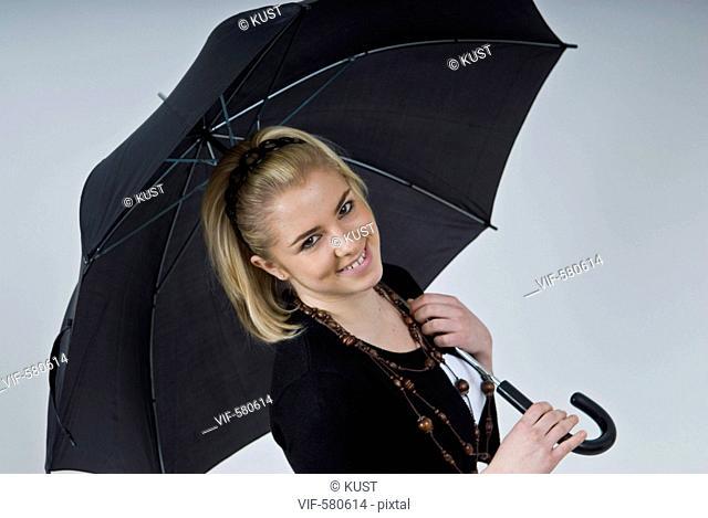 junge Frau mit schwarzem Regenschirm - Niederoesterreich, Ísterreich, 26/11/2007