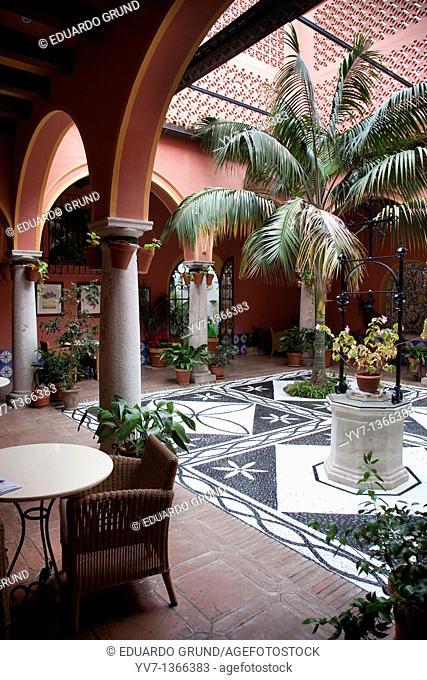 Andalusian courtyard of the Parador de Arcos de la Frontera, Cádiz, Andalucía, Spain