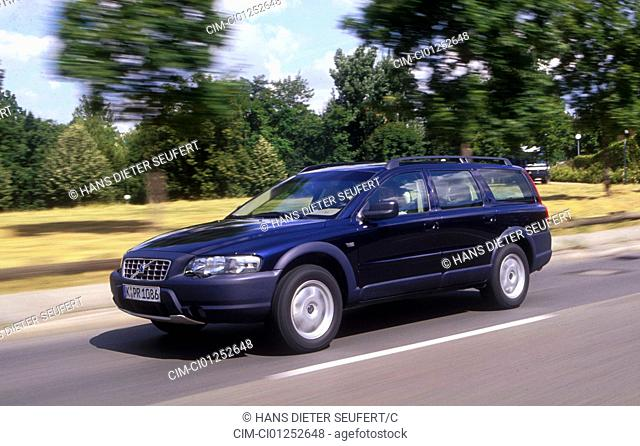 Car, Volvo Cross County, upper middle-sized , hatchback, model year 2000-, dunkelblue moving, country road, diagonal from the front, Front view