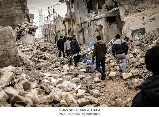 Rebellen der Freien Syrischen Armee (FSA) streifen am 07.02.2013 durch das zerstörte Sheik Saaid, einen Stadtteil von Aleppo