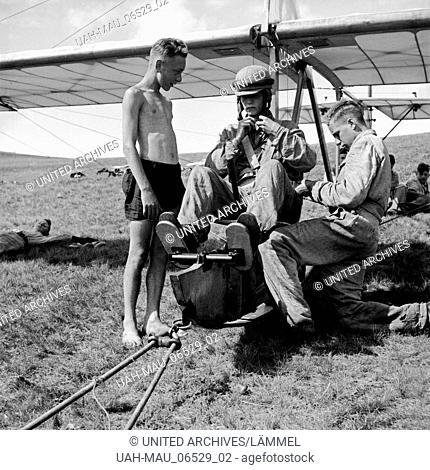 Einer der Hitlerjungen bei der Ausbildung auf der Reichssegelflugschule Wasserkuppe bei Fulda, Deutschland 1930er Jahre. One of the Hitler youths being trained...