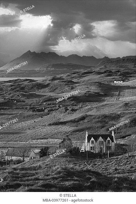 Great Britain, Scotland, island Skye, Tarskavaig, Cuillin Hills, scenery, houses, cloud mood, s/w, M