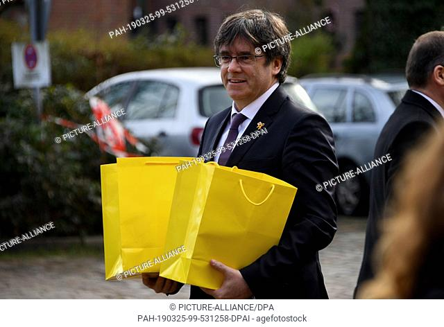 25 March 2019, Schleswig-Holstein, Neumünster: Catalan separatist leader Carles Puigdemont goes to jail with yellow bags in his hand