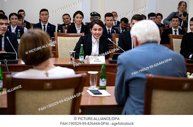 29 May 2019, Uzbekistan, Urgantsch: Federal President Frank-Walter Steinmeier and his wife Elke Büdenbender talk to students of the University of Urgantsch and...
