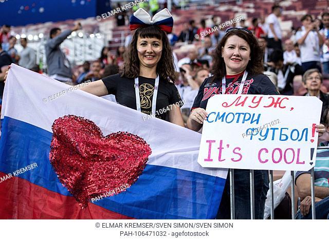 Russian women thank, fan, fans, spectators, supporters, supporter, female, half figure, half figure, thanks, thanking, Croatia (CRO) - England (ENG) 2: 1