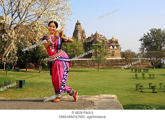 India, Madhya Pradesh, Khajuraho, photo call for an Odissi's dancer of the festival of dance