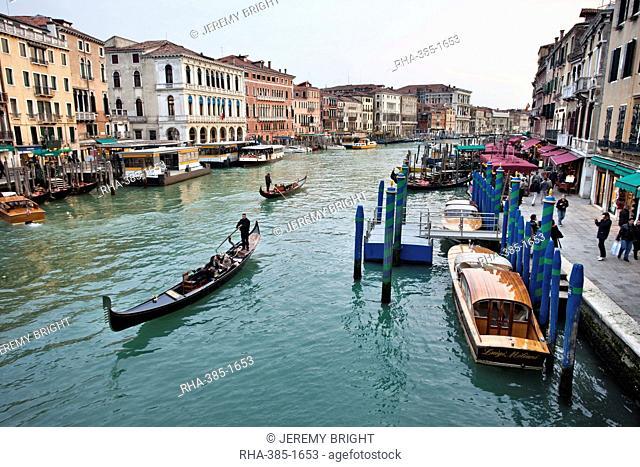 Evening traffic on Grand Canal beside the Rialto Bridge, Venice, UNESCO World Heritage Site, Veneto, Italy, Europe