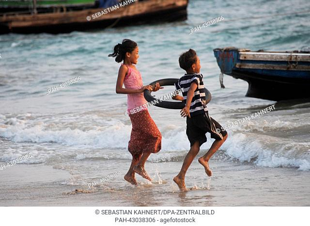 Two children are play during sunset at Ngapali Beach, Myanmar, 08 April 2013. Photo: Sebastian Kahnert   usage worldwide. - Amarapura/Birma