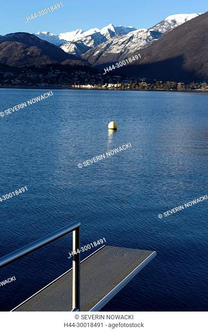 Schweiz Tessin Sprungbrett und Boje am Strand von Gerra. Am andern Seeufer ist Ascona. Postauto Schweiz AG, Linie 62.329 von St