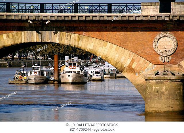 France, Aquitaine, Gironde, Garonne river under 'Pont de pierre' bridge, at Bordeaux