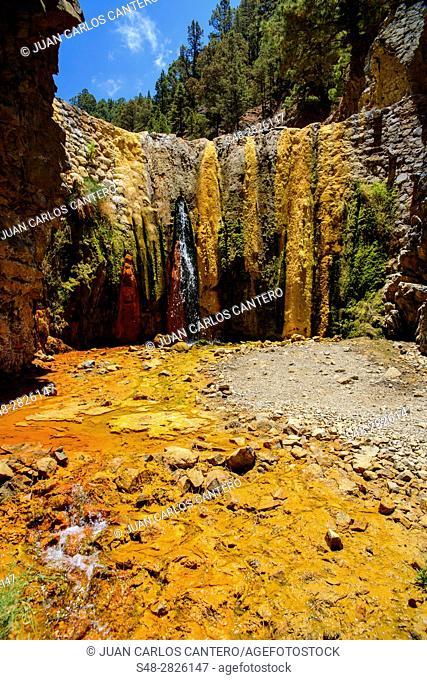 Cascada de colores en el Barranco de las Angustias en La Palma. Islas Canarias. España. Europa