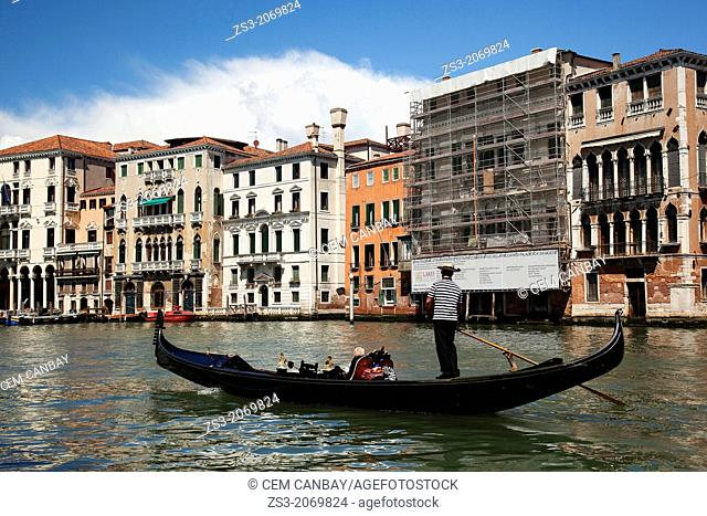 Gondola carrying tourists near Rialto bridge, Venice, Veneto, Italy, Europe