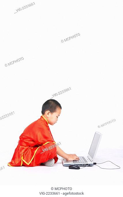 Child playing computer - 01/01/2010