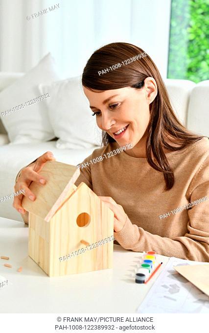 Building a birdhouse, Germany, city of Seesen, 15. July 2018. Photo: Frank May (model released) | usage worldwide. - Seesen/Niedersachsen/Germany
