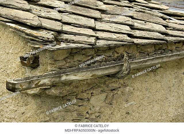 St Veran, the highest village in Europe - Roof with roofing stone and wood gutter