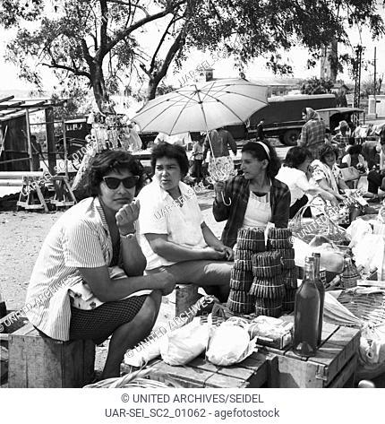 Frauen auf dem Paraguayer-Markt in Posadas, Argentinien 1964. Frauen auf dem Paraguay mart in Posadas, Argentina 1964