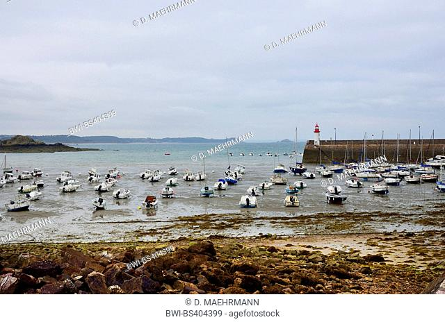 boats in the port of Erquy with lighthouse and quay wall at the onset of flood, France, Brittany, DÚpartement C¶tes-dÆArmor , Erquy
