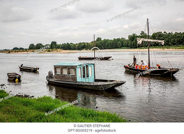 SCHOOL TRIP, BOAT RIDE ON THE LOIRE IN A FLAT-BOTTOMED BARGE, PORT OF CHAUMONT SUR LOIRE, LOIR ET CHER, (41), CENTRE VAL DE LOIRE REGION, FRANCE
